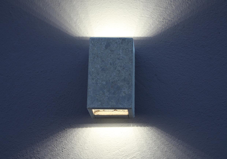 Schlichte LED Wand-Leuchte im Betonlook auf Muschelkalk