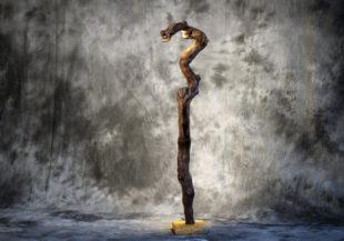 Weinstock im Korkenzieher-Look künstlerisch herausgearbeitet